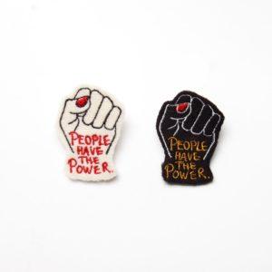 alchimies-lyon-click-and-collect-cadeaux-noel-artisanat-createurs-boutique-broche-badge-power-noir-blanc